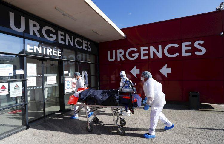 Personal sanitario entra a un enfermo con la COVID-19 en un hospital en Francia. Foto: Horcajuelo / EFE / Archivo.