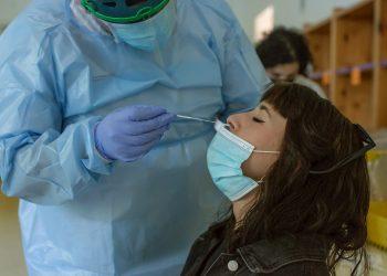 Un trabajador sanitario toma una muestra para una prueba PCR a una joven. Foto: Lorenzo / EFE / Archivo.