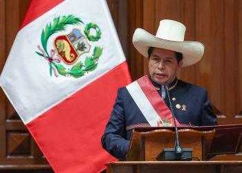 Pedro Castillo habla durante la ceremonia de toma de posesión como nuevo presidente de Perú, en Lima, el 28 de julio de 2021. Foto: Cortesía Congreso de Perú / Luis Enrique Saldana / EFE.