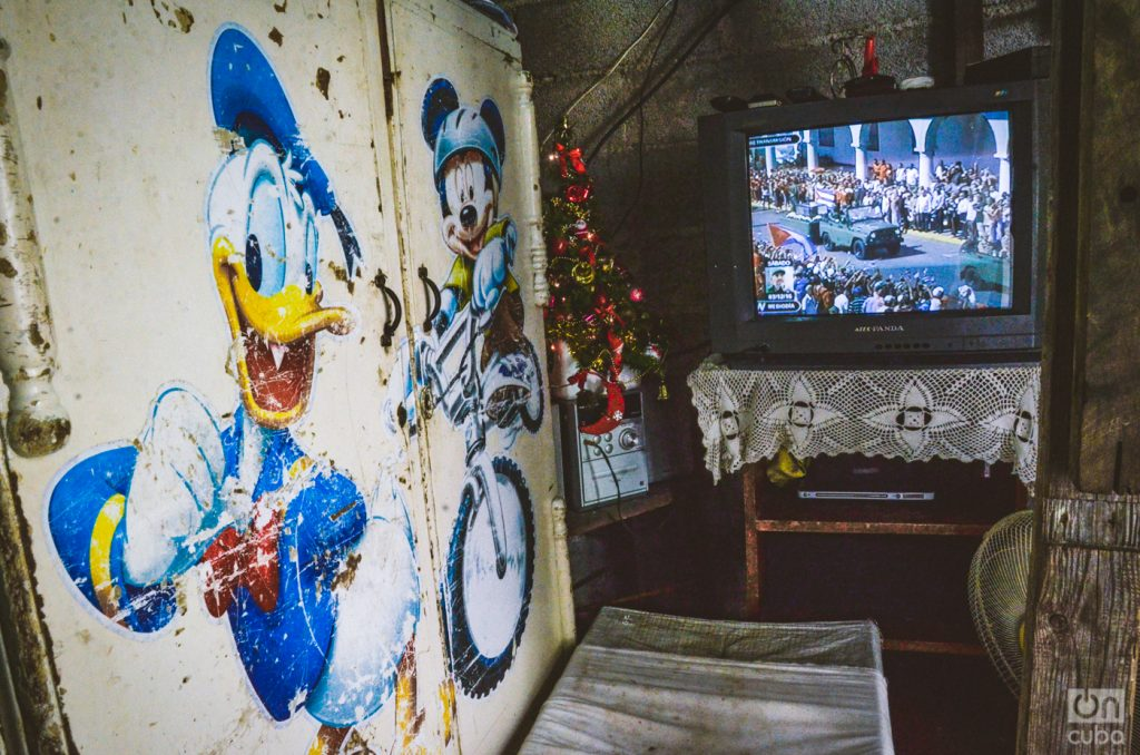 The interior of a home in Santiago de Cuba on December 3, 2016, the day the funeral procession with Fidel's ashes arrived in that city. Photo: Kaloian Santos