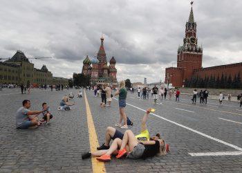 Personas en la Plaza Roja de Moscú, Rusia, el 3 de julio de 2021. Foto: Maxim Shipenkov / EFE.