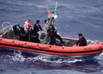 Fotografía cedida por la Guardia Costera de EE.UU. donde aparecen miembros de la tripulación del guardacostas Thetis mientras se mueven en un bote para buscar y rescatar a personas en el agua aproximadamente a 51 km al sureste de Key West, Florida. Foto: Guardia Costera de EE.UU. / EFE.