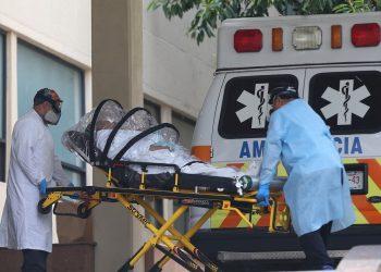 Trabajadores de salud trasladan a una persona contagiada por la COVID-19, en la zona de emergencias del Hospital General en la Ciudad de México Foto: Sáshenka Gutiérrez / EFE.