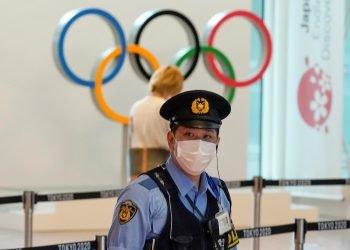 Un policía japonés hace guardia en el aeropuerto internacional de Tokio en Haneda, en Japón, el 8 de julio de 2021. Foto: Kimimasa Mayama / EFE.