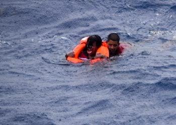 Balseros cubanos rescatados por la Guardia Costera estadounidense tras naufragar cerca de Key West. Foto: @USCGSoutheast/Twitter.