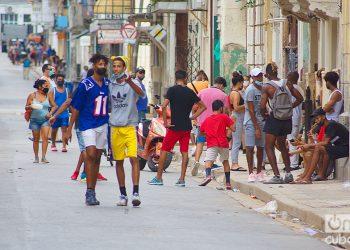 Personas en una calle de La Habana, durante la actual oleada de la COVID-19. Foto: Otmaro Rodríguez.