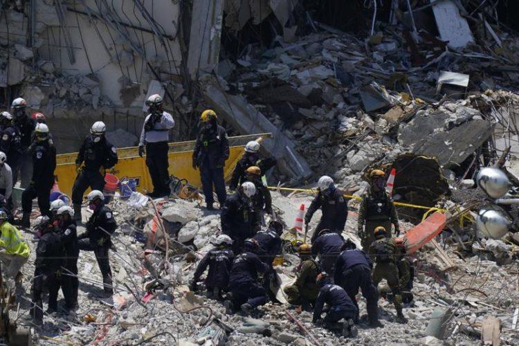 Personal de búsqueda y rescate trabaja sobre los escombros de Champlain Towers South. Decenas de víctimas permanecen desaparecidas más de una semana después. Foto: Mark Humphrey/AP.