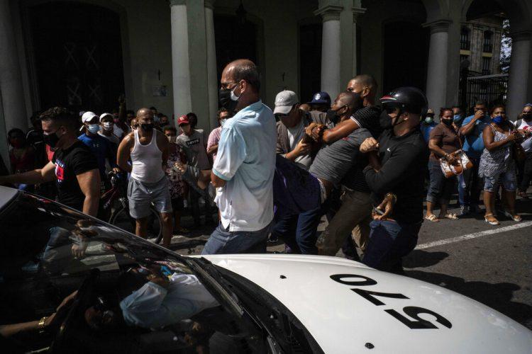 La policía detiene a un manifestante antigubernamental durante una protesta en La Habana, Cuba, el domingo 11 de julio de 2021. Foto: Ramón Espinosa / AP / Archivo.