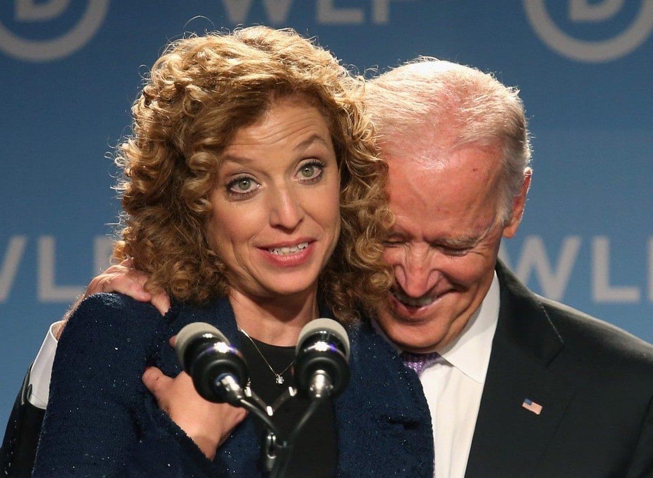 La congresista Wasserman y el presidente Biden, en un mitin de campaña el año pasado en West Palm Beach, Florida. Foto: Pool de prensa / Archivo.