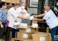 Directivos del Ministerio de Salud Pública de Cuba reciben oficialmente un donativo de organizaciones de EE.UU., compuesto por 1,7 millones de jeringuillas para la vacunación anticovid en Cuba. Foto: Otmaro Rodríguez.