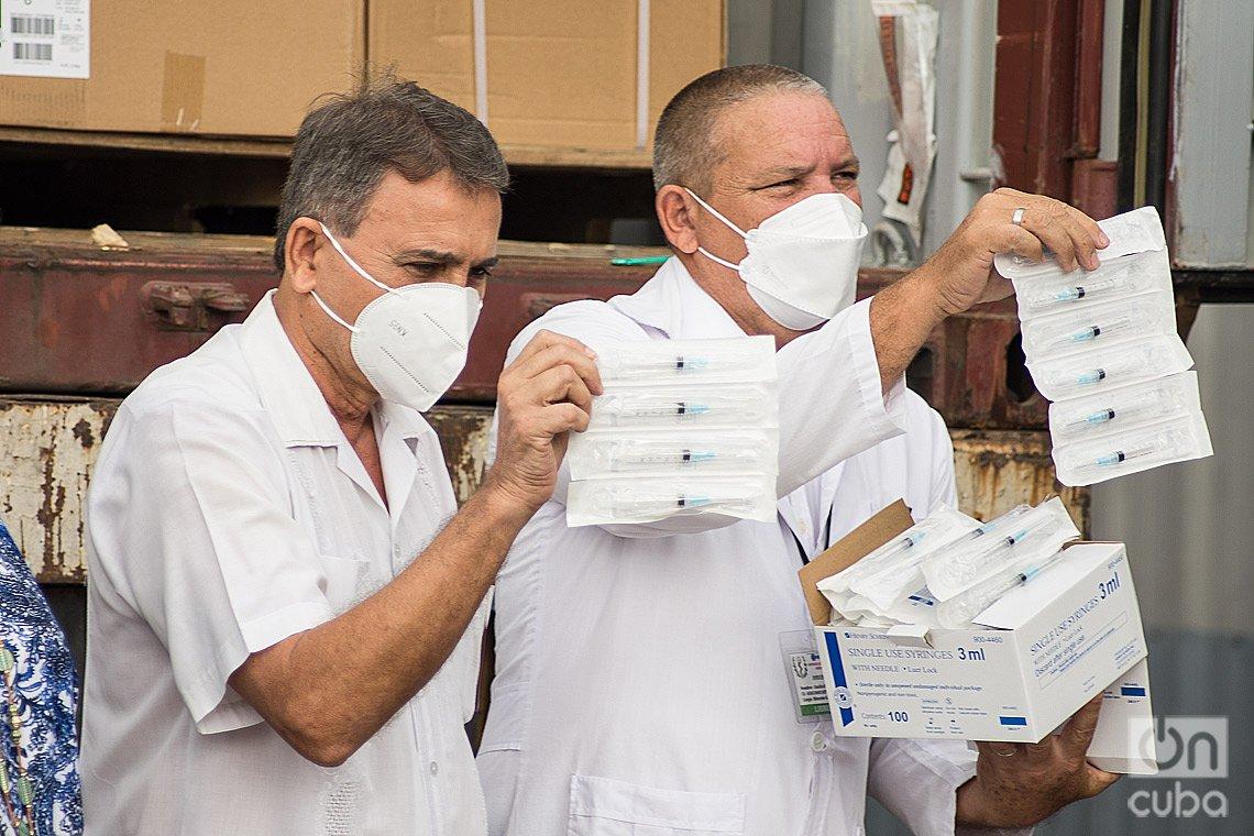 Directivos del Ministerio de Salud Pública de Cuba muestran a la prensa parte del donativo de organizaciones de EE.UU., compuesto por 1,7 millones de jeringuillas para la vacunación anticovid en Cuba. Foto: Otmaro Rodríguez.