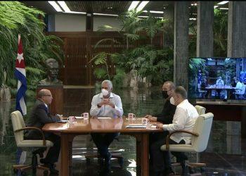 El presidente Migual Díaz-Canel (c), junto al primer ministro y el titular de Economía de Cuba (ambos a la derecha) durante el programa televisivo Mesa Redonda del 14 de julio de 2021 en el que se anunciaron nuevas medidas tomadas por el gobierno cubano. Foto: Mesa Redonda / Twitter.