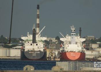 Barcos Petroleros en la bahía de La Habana. Foto: Otmaro Rodríguez
