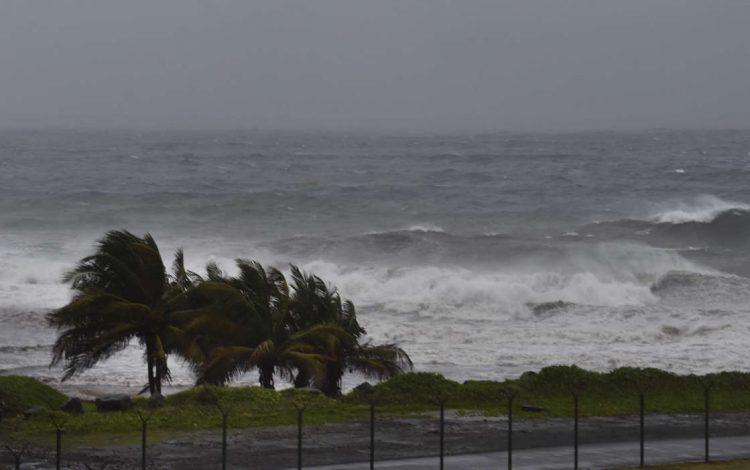 El huracán Elsa afecta las costas de Argyle, en San Vicente. Foto: AP.