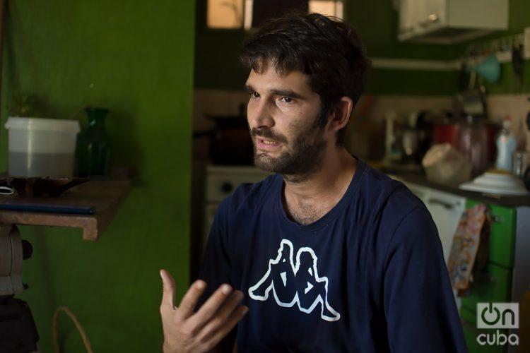 El joven cineasta cubano Raúl Prado, detenido el pasado 11 de julio en La Habana y liberado al día siguiente con una medida cautelar, durante una entrevista con OnCuba en su casa. Foto: Otmaro Rodríguez.