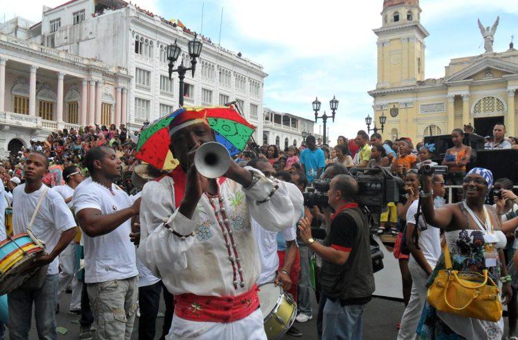 Desfile de una conga por el Parque Céspedes de Santiago de Cuba, durante el Festival del Caribe. Foto: Eric Caraballoso / Archivo.