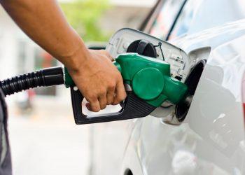 Una persona se abastece de gasolina en Florida. Foto: EFE