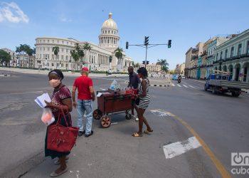 Vendedor de granizado en el Paseo del Prado, al fondo el Capitolio de La Habana. Foto: Otmaro Rodríguez.