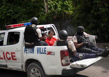 La policía haitiana traslada a dos colombianos del team que ejecutó al presidente Jovenel Moïse. Foto: WSJ.