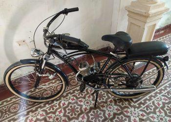Bicicleta con motor adaptado conocida en Cuba como riquimbili. Foto: Ciclomotores y Riquimbilis/Facebook.