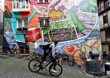"""Parte del mural """"Ezkuz, ezku"""" (Mano a mano en euskera)."""