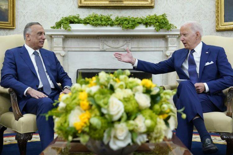 El presidente Biden con el primer ministro iraquí Mustafa al-Kadhimi en la Oficina Oval de la Casa Blanca el lunes 26 de julio de 2021. Foto: Susan Walsh/AP.