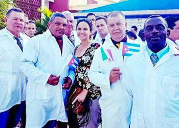 El médico cubano Graciliano Díaz (der), junto a sus colegas antes de partir a Lombardía. Foto: Perfil de Facebook de Miguel Ángel Gaínza / Cubadebate.