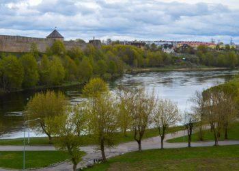 El río Narva, frontera entre Rusia y Estonia. Foto:  Caminos Me Lleven.