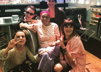 Omara con algunas de las intérpretes que la acompañarán esta noche en Barcelona. Foto: twitter.com/RozalenMusic