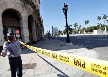 Un agente de la PNR impide el paso frente al Capitolio de La Habana, el 13 de julio. | Foto: Time