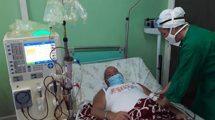 Paciente recibe tratamiento de hemodiálisis en Cuba. Foto: ACN / Archivo.