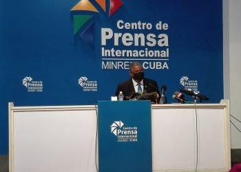 Rubén Remigio Ferro, presidente del Tribunal Supremo Popular (TSP) de Cuba, durante una conferencia de prensa sobre los procesos judiciales a participantes en las protestas del 11 y 12 de julio de 2021 en Cuba. Foto: Fiscalía General de Cuba / Twitter.