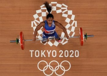 Ludia Montero, de Cuba compite en la división de 49 kilogramos de las pesas femeninas en los Juegos Olímpicos de Tokio. (AP Photo/Luca Bruno)