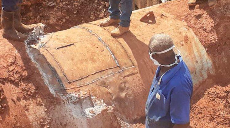 Trabajos de reparación en la conductora de agua de Cuenca Sur, en La Habana, luego de que esta sufriera una avería. Foto: Eduardo Douglas Pedroso / Tribuna de La Habana.