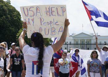 Cubanos frente a la Casa Blanca. Foto: Politico.