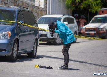 Investigador retrata pesquisas cerca de la casa del presidente haitiano, Jovenel Moise, en Puerto Príncipe, Haití, el 7 de julio de 2021. Moise murió tiroteado en su casa, el miércoles. Fotos: Tcharly Coutin/Xinhua