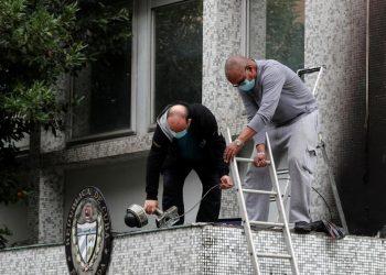 Personal de la embajada cubana en Francia trabajan después de los atentados. Foto: trt.net.tr/