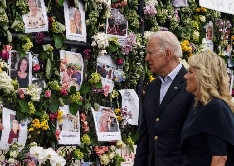 El presidente Joe Biden y la primera dama Jill Biden, visitan el muro de la recordación con las fotos de víctimas y desaparecidos en Surfside. | Foto: Pool/Kevin Lamarque