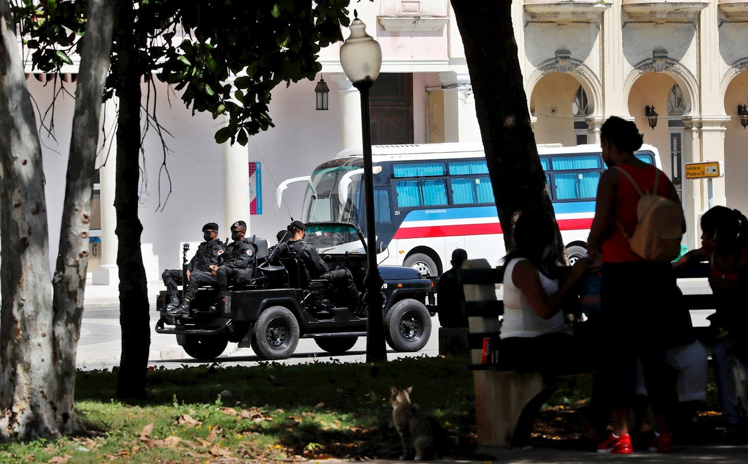 """Miembros de tropas antidisturbios, conocidos como """"boinas negras"""" pasan en vehículo por una calle de La Habana. Foto: Ernesto Mastrascusa / EFE."""