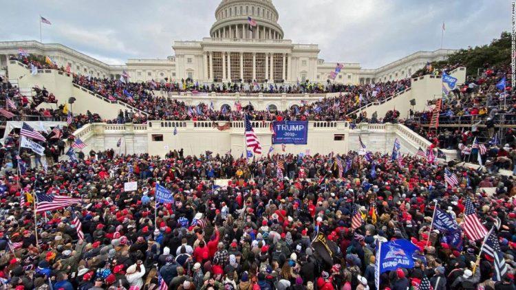 La multitud que cercó el Capitolio en Washington DC el 6 de enero pasado. Foto: EFE / Archivo.