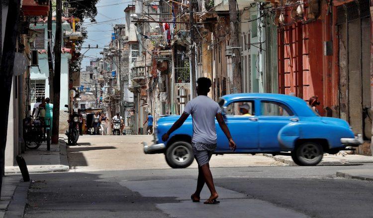 Personas en una calle de La Habana, pocos días después de las protestas contra el gobierno cubano. Foto: Ernesto Mastrascusa / EFE.