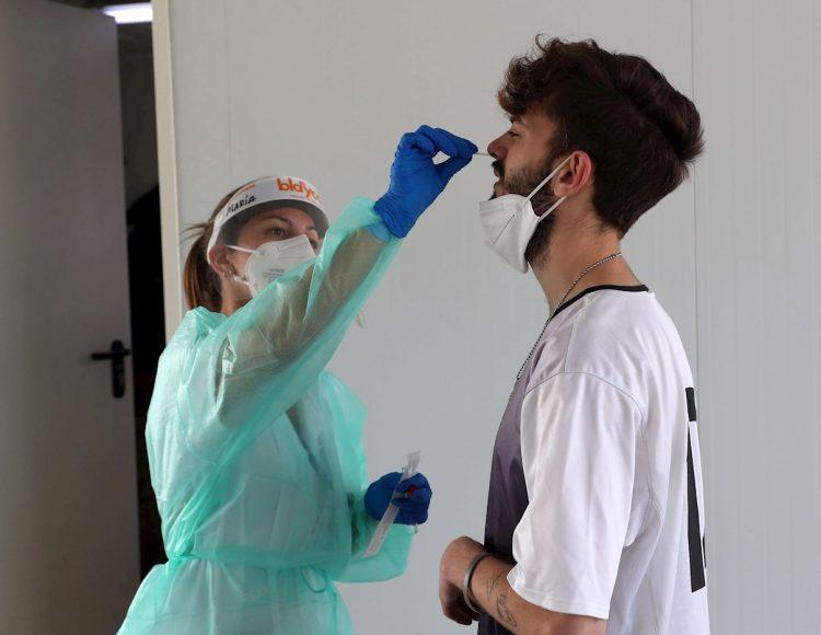 Un joven se hace la prueba PCR para la detección del coronavirus en el Hospital Universitario Central de Asturias, España. Foto: J.L. Cereijido / EFE.