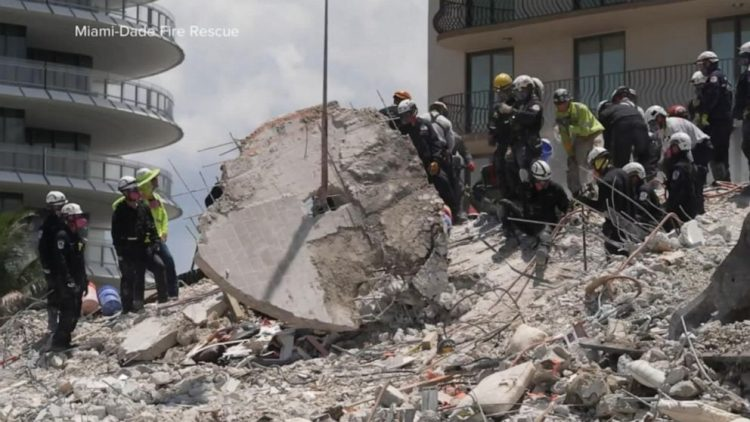 Un grupo de rescatistas inspecciona este lunes los restos del edificio demolido en Surfside, Florida. Foto: ABC News.