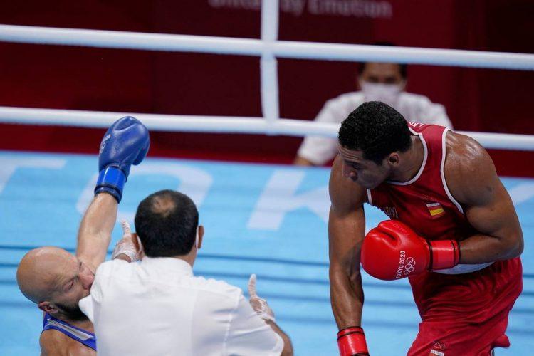 El cubano-español Enmanuel Reyes (derecha) gana por KO su primera presentnación en los Juegos Olímpicos de Tokio. Foto: Tomada de El Nuevo Herald.