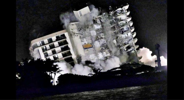 Implosión de los restos del edificio que se derrumbó hace dos semana en Miami. Foto: Gary  Rothstein/UPI.