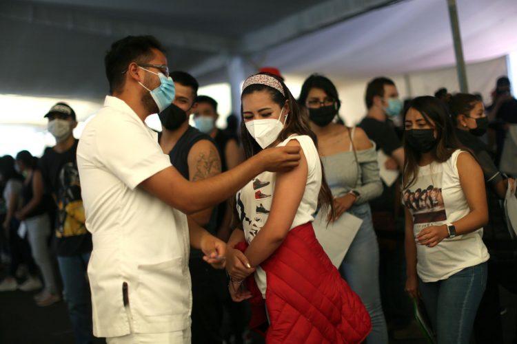 Personal de salud aplica la vacuna contra la COVID-19 a jóvenes de 18 a 29 años en Ciudad de México. Foto: Sáshenka Gutiérrez/Efe/Archivo