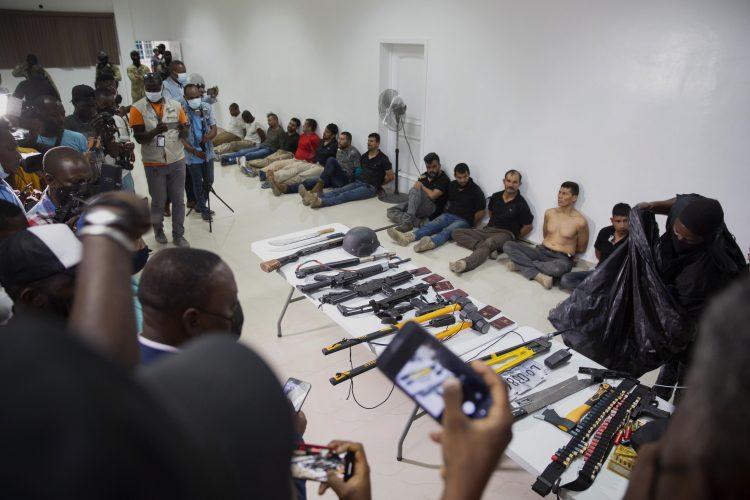 El grupo de colombianos capturados en Haití siendo presentados a la prensa. | Foto: Joseph Odelyn / AP