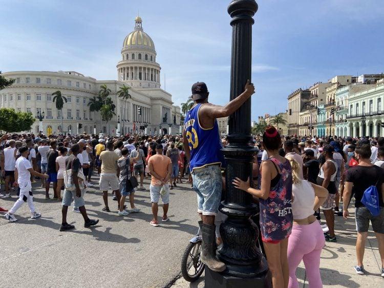 Capitolio cubano, de fondo, uno de los puntos de concentraciones antigubernamentales el pasado 11 de julio. Foto: https://twitter.com/reuterssarah