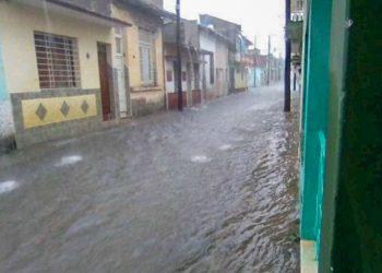 Una calle en Santa Clara inundada a causa de la tormenta. Foto: Telecubanacan/Facebook vía Cubadebate.