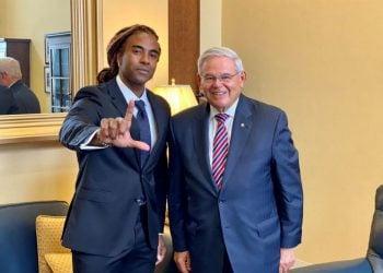 El senador Menéndez con el cantante Yotuel, | Imagen oficina del senador.